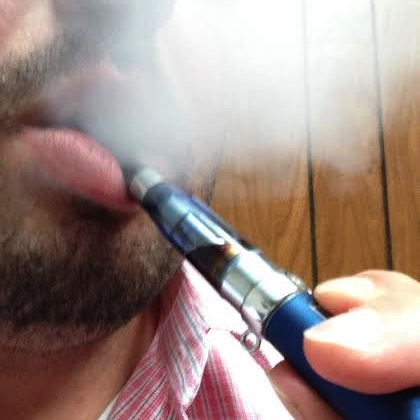 vaper using an e cig