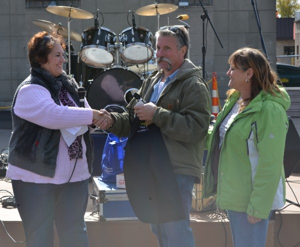Paula Bowman, chili cook-off organizer, presenting the judge's choice trophy to Jeff and Cindy Stier.