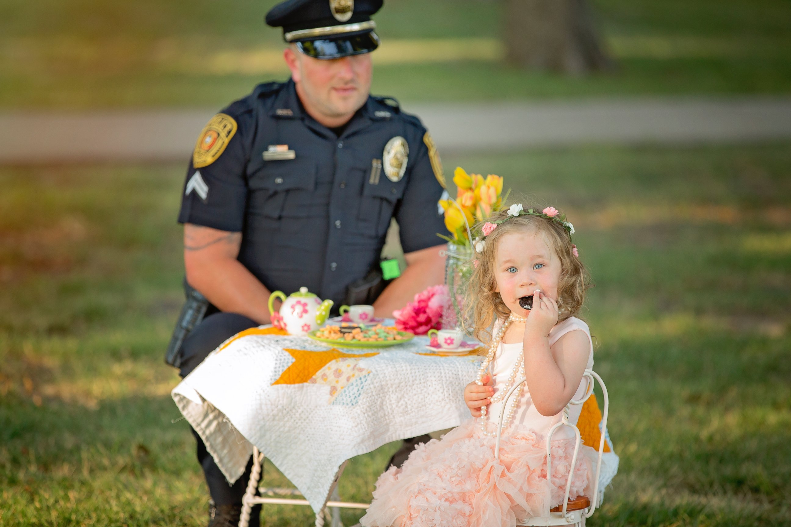 476b1ec0-5586-11e6-8a78-1f25ab43134f_Police-Officer-Has-Tea-Party-With-Toddler-H